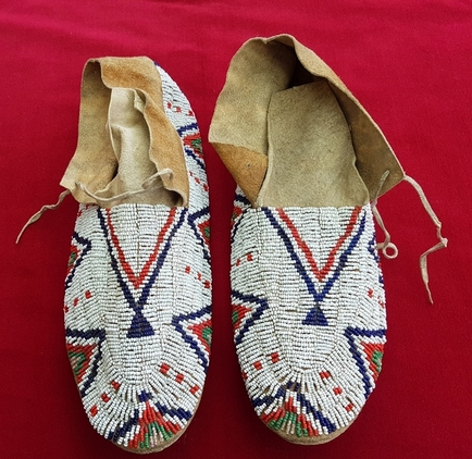 Cheyenne 19th century. Beaded North American Indian Moccasins. Good condition. Ref 9982. Accessories