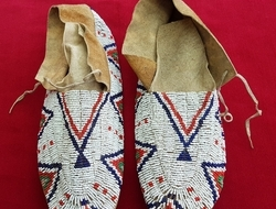 Cheyenne 19th century. Beaded North American Indian Moccasins. Good condition. Ref 9982.